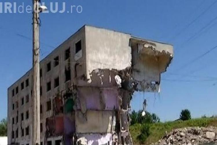Nu e glumă. Muncitorii români au demolat blocul greșit