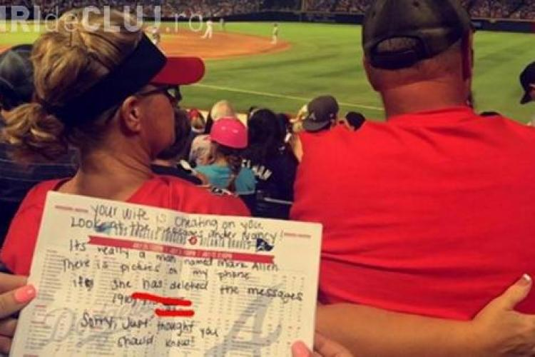 O femeie îi scria amantului mesaje, în timp ce era cu soțul pe stadion. Spectatorii i-au citit mesajele și au UMILIT-O