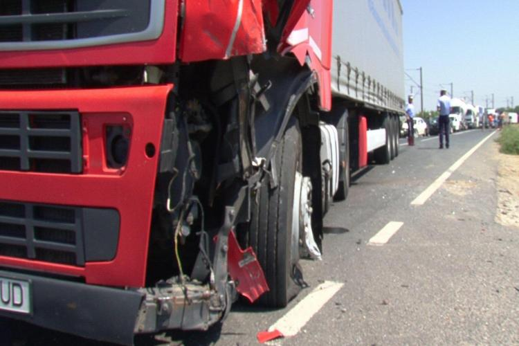 Accident între un TIR și un autocar plin cu pasageri la Dej. Șoferul autotrenului era băut