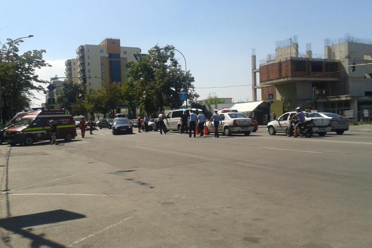 Accident cu două victime în Mănăștur! Un taximetrist neatent a vrut să întoarcă și a intrat direct într-o motocicletă FOTO