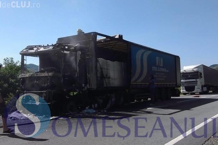 TIR plin cu hârtie a luat foc pe un drum din Cluj. A ars ca o torță VIDEO