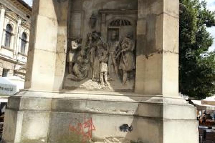 La Cluj a fost vandalizat și Obeliscul Carolina, din Piața Muzeului