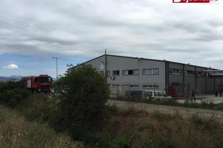 Panică la o fabrică din Dej! Muncitorii au fost evacuați de urgență din cauza unui incendiu