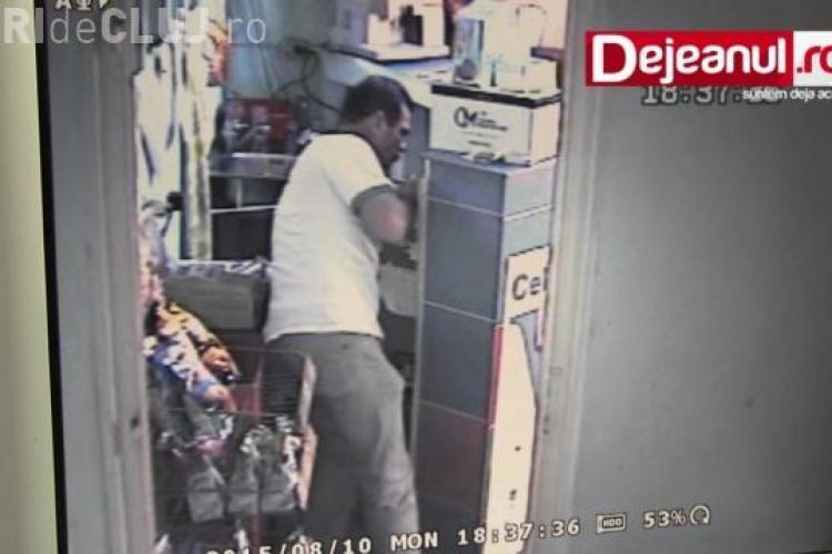 Cum a furat un hoț 1.800 lei dintr-un bar din Dej. A fost surprins de camerele de supraveghere băgând banii la chiloți VIDEO
