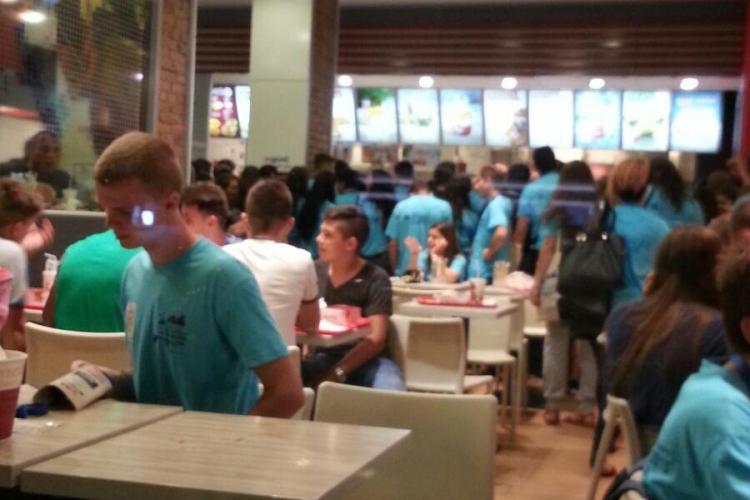 Tinerii au ascultat criticile Patriarhului, după care au dat năvală în KFC. Urmează să rupă cluburile din Cluj - FOTO