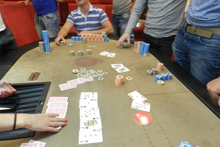 Locotenentul Alexandru, eroul revoltelor ANTI - Băsescu, joacă poker și câștigă bani frumoși