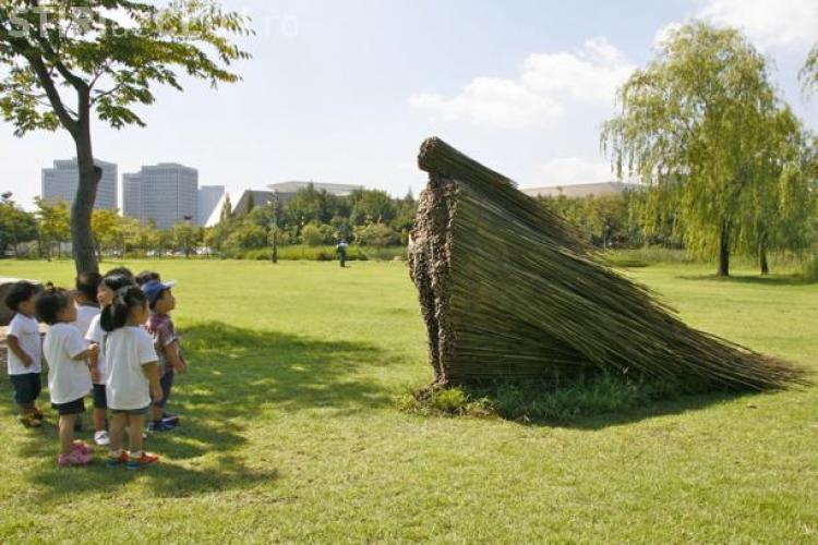 O sculptura de 3 metri din lemn reciclat va fi construită la Cluj pentru 18+ festival