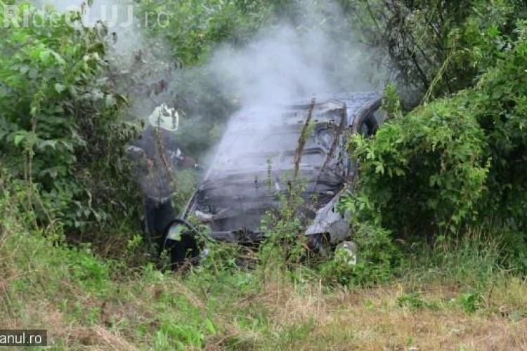 Accident cu două victime pe un drum din Cluj. Autoturismul a luat foc după impact VIDEO