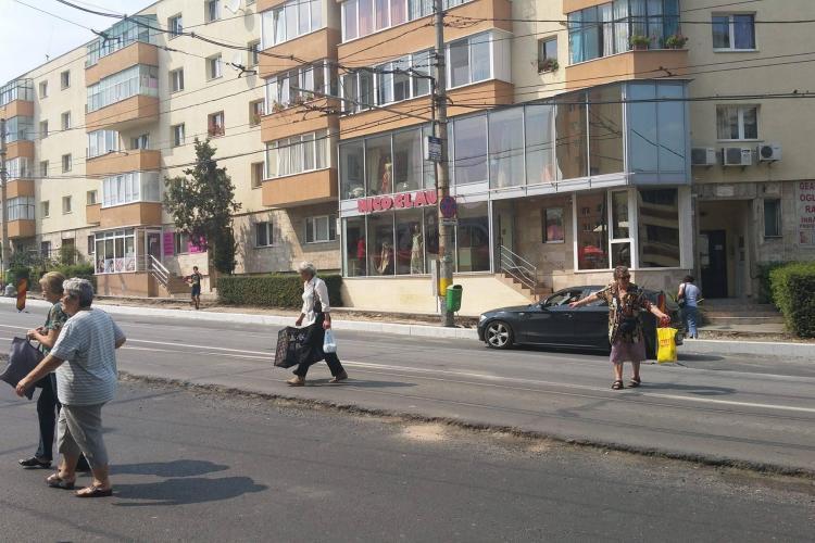 Bătaie de joc în Mănăștur. Politia îi amendează pe clujenii care traversează, dar nu sunt treceri de pietoni / Replica IPJ Cluj...