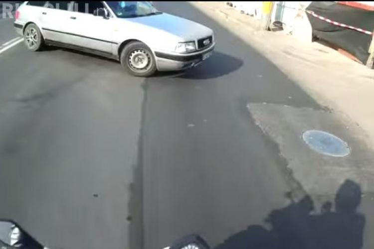 Motociclist clujean, aproape să fie lovit de un șofer neatent. Momentul a fost surprins pe cameră VIDEO