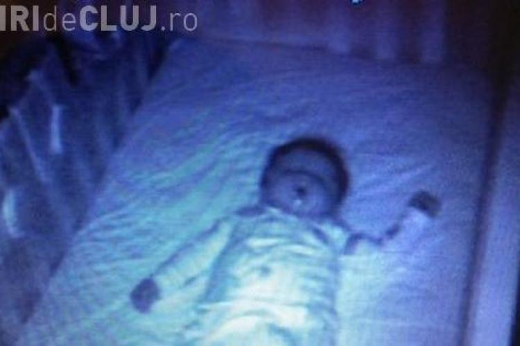 Doi părinți au montat o cameră în dormitorul bebelusului! E incredibil ce au văzut