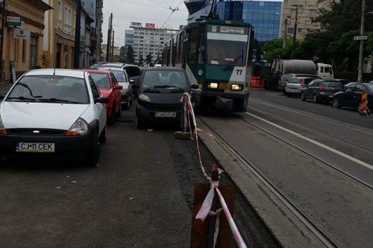 La Cluj-Napoca se parchează tot mai prost. Tramvaiul a fost blocat din nou - FOTO