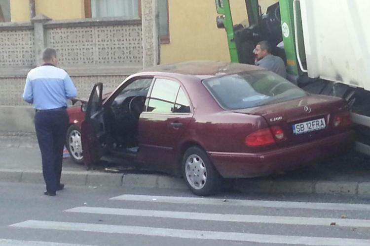 Accident pe strada Maramureșului. Un Mercedes a ajuns sub o mașină de salubritate - FOTO