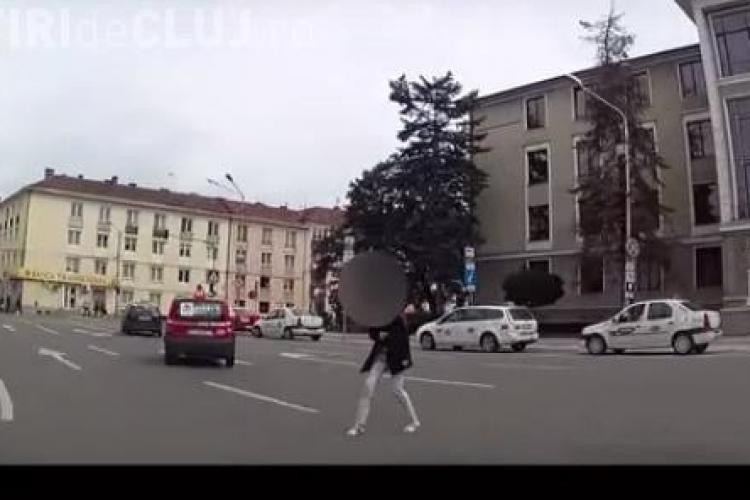 Pieton inconștient, aproape să fie lovit de mașină în centrul Clujului. Pe unde s-a gândit să traverseze strada VIDEO