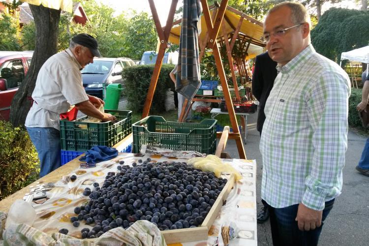 Boc a cumpărat roșii, prune și miere din piața mobilă Engels