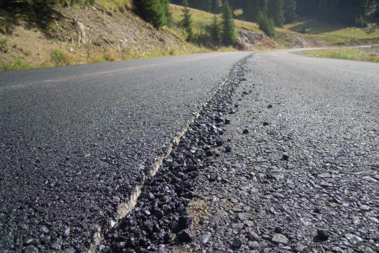 Verificări pe drumul penal Răchițele-Prislop-Ic Ponor. S-a trecut la al doilea strat de asfalt - Galerie FOTO