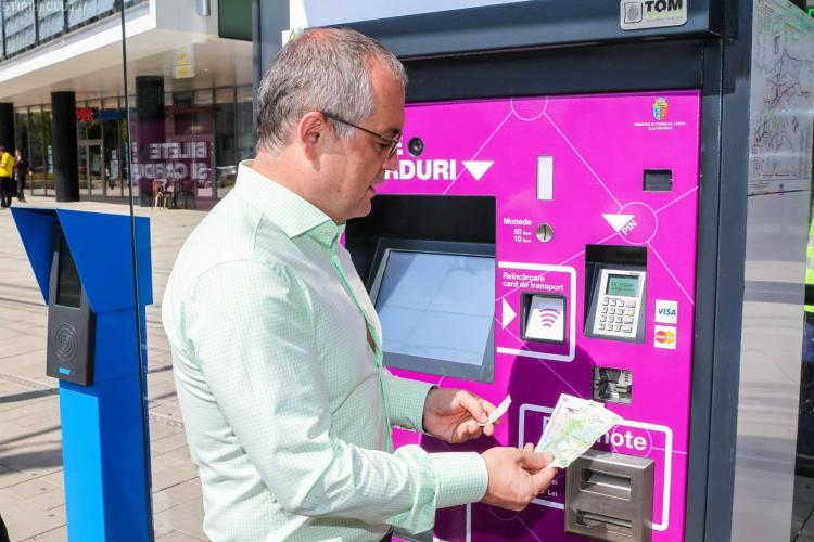 Emil Boc a testat sistemul de ticketing. Se pot cumpăra bilete, iar din noiembrie se emit și cardurile orare - VIDEO