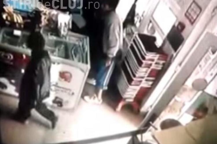 Minori de etnie rromă, la furat de țigări într-un magazin din Dej. Au fost surprinși de camere VIDEO