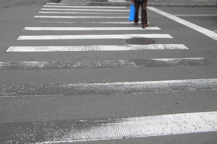 Bărbat lovit pe trecerea de pietoni la Cluj. Șoferul a încercat să evite accidentul și a intrat într-o mașină