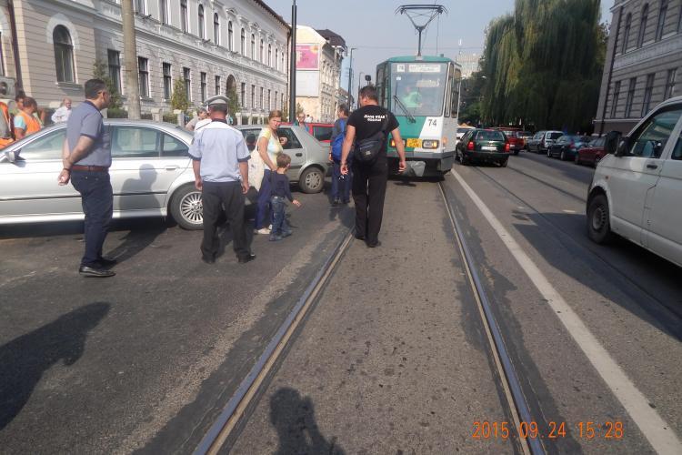 Nesimțirea șoferilor nu mai are limite. Au blocat din nou tramvaiele pe Barițiu FOTO