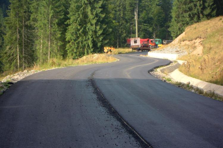 Se pune al doilea strat de asfalt pe drumul județean Răchițele-Prislop-Ic Ponor - FOTO