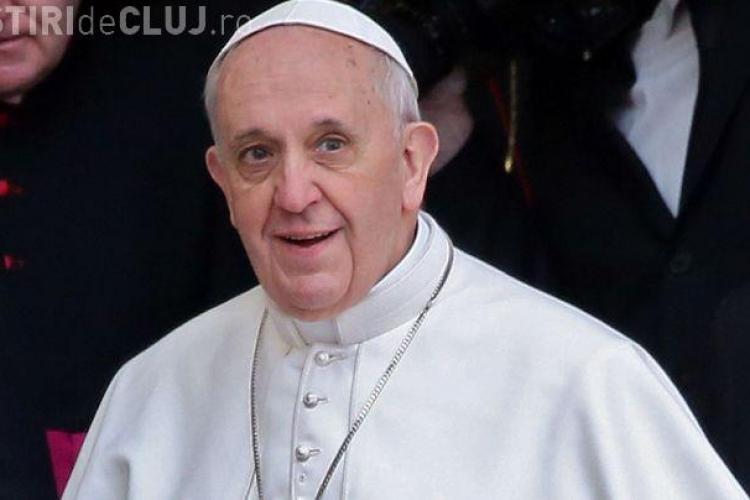 Un politician a furat paharul de apă din care a băut Papa Francisc. Ce a făcut cu el