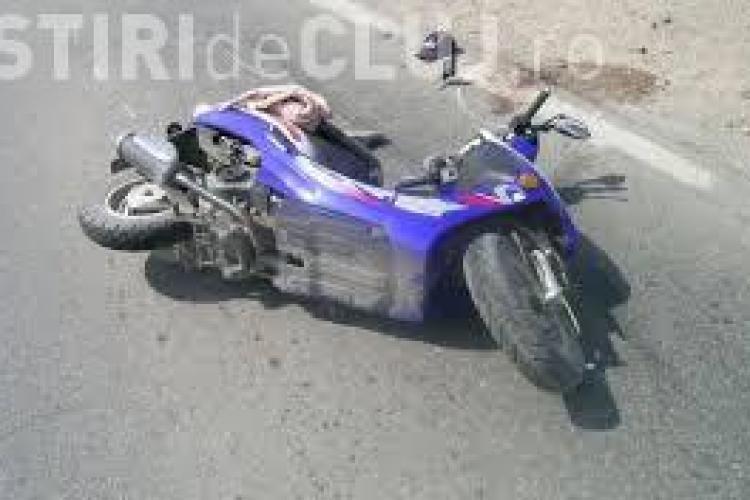 Scuterist neatent, rănit grav la Cluj. A vrut să schimbe direcția și a intrat direct într-o mașină