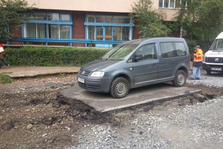 Caz UNIC în Mănăștur! Muncitorii au decupat asfaltul în jurul mașinii - FOTO
