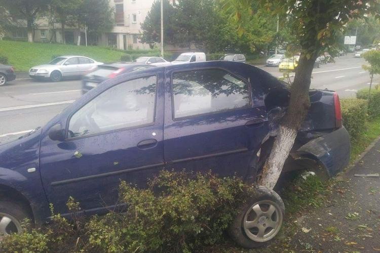 Cluj - A dat cu spatele atât de hotărât, încât și-a distrus mașina - FOTO