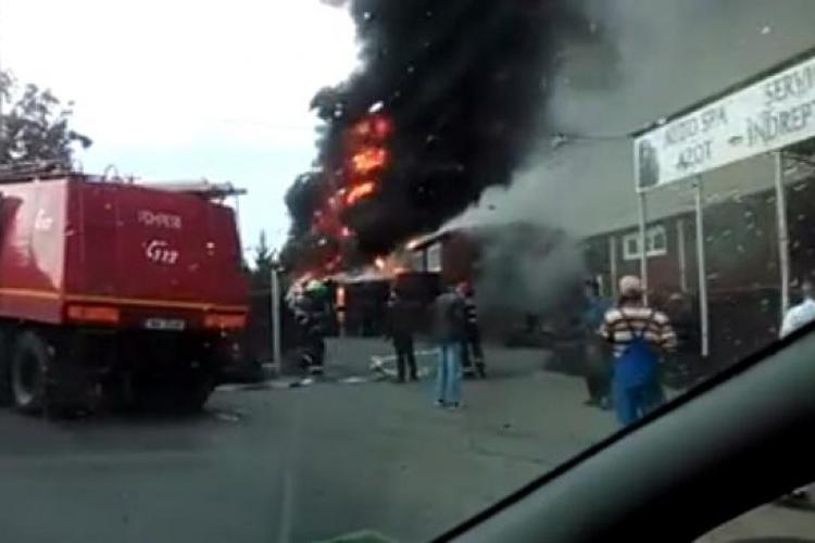Incendiu la un Service Auto din Mănăștur. Grămezi de anvelope au luat foc VIDEO