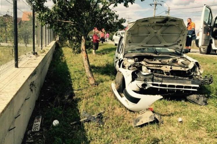 Accident cu 3 victime pe un drum din Cluj. O femeie a ajuns cu mașina în copac din cauza unui șofer neatent VIDEO