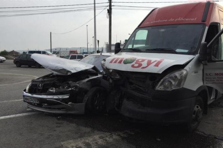 Accident grav la intrare în Dej. Trei persoane au ajuns la spital VIDEO