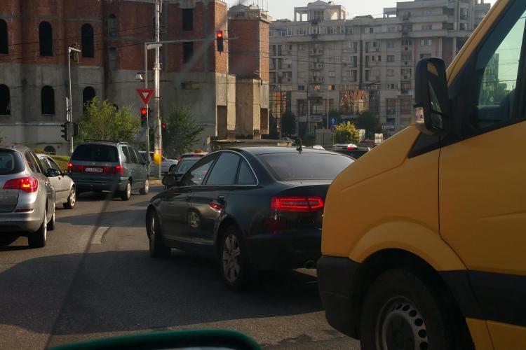 De ce se fac cozi pe Calea Turzii. Semafoarele sunt PROST sincronizate - FOTO