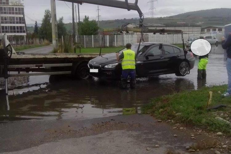 BMW de lux scos cu macaraua din canalizarea de la Florești - FOTO