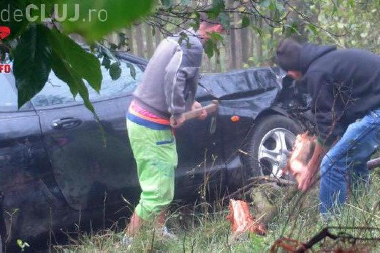 Accident spectaculos pe un drum din Cluj. Un șofer a zburat 10 metri cu mașina, peste un gard VIDEO