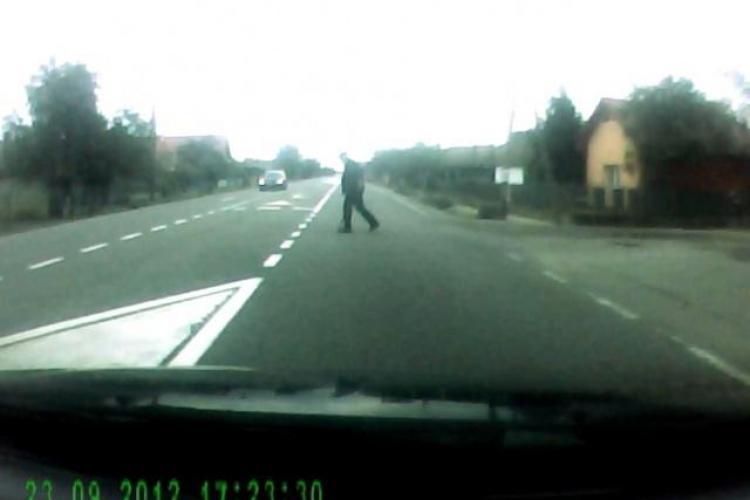 Pieton inconștient, aproape să fie făcut praf de mașini traversând neregulamentar: Am crezut că vrea să se sinucidă VIDEO