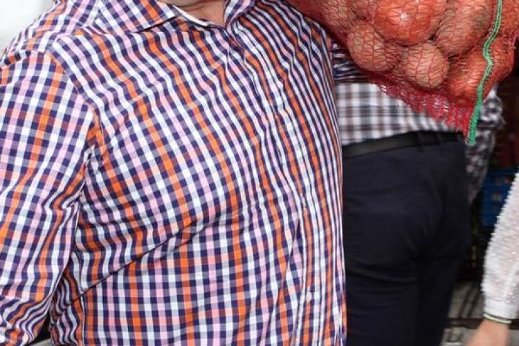 Boc a cărat saci cu cartofi la Ziua Recoltei. A făcut donații copiilor - FOTO
