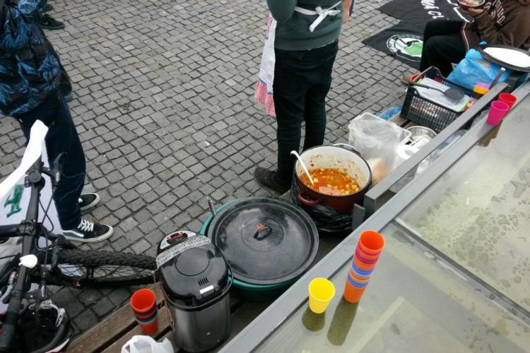 Clujenii îi așteaptă pe refugiați cu tocăniță de cartofi FOTO