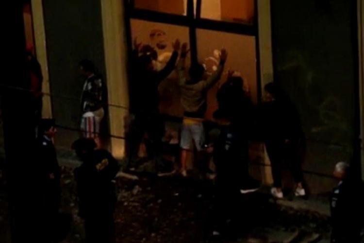Bătaie la un bar din Cluj-Napoca! Mascații i-au pus cu mâinile la perete și apoi i-au aruncat în dubă - VIDEO