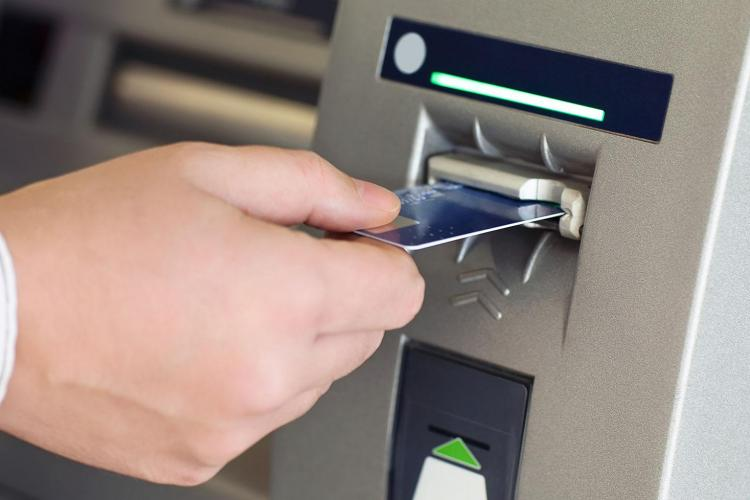 Hoț reținut de polițiștii clujeni pentru furturi de la bancomate. Vezi cum acționa