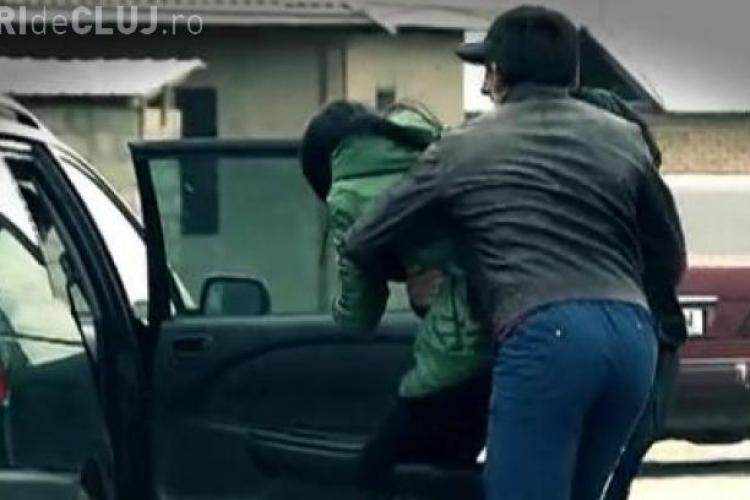 Trei persoane au fost reținute de polițiști după ce au sechestrat o tânără la Cluj. Au intrat peste ea în casă și au luat-o cu forța