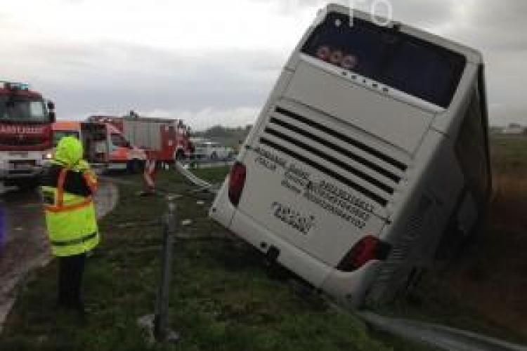 Accident rutier la Vâlcele. Un autocar cu 50 de persoane a fost implicat