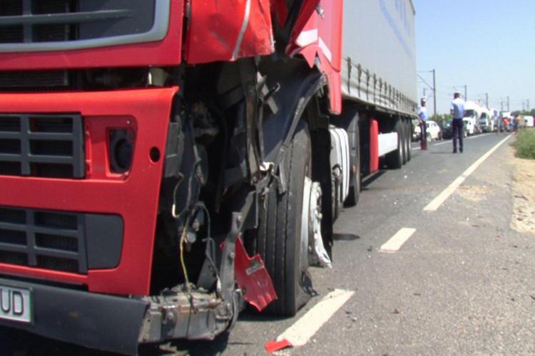 Trafic blocat la Cluj, din cauza unui accident. Două TIR-uri s-au ciocnit