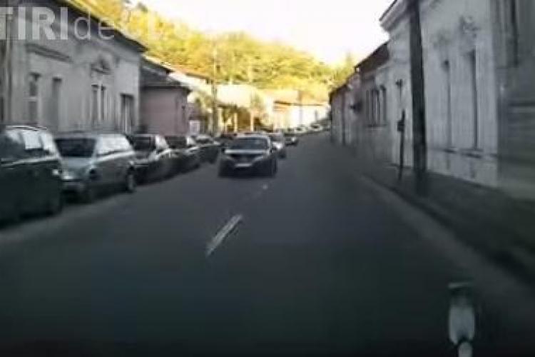 """""""Capcană"""" pentru șoferi pe o stradă din Cluj. Ce a pățit un șofer VIDEO"""