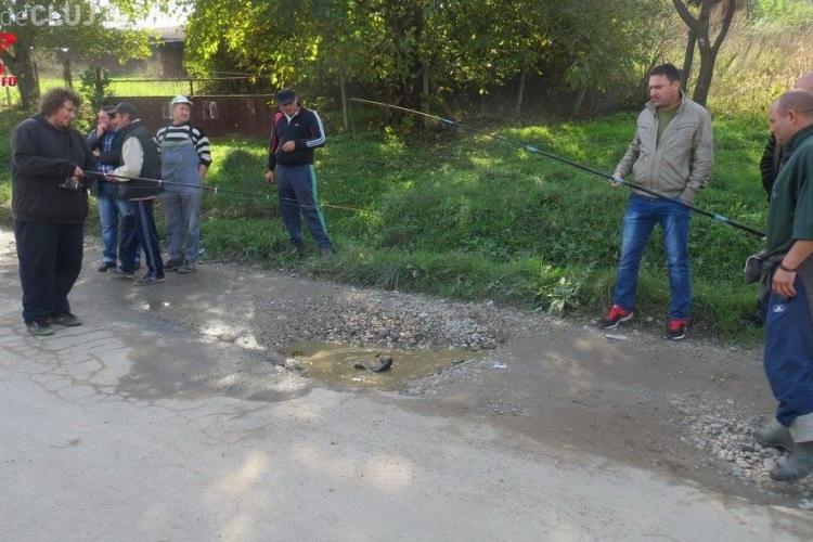 """Clujenii au pescuit în gropile de la Țaga. Fiecare """"crater"""" a fost dedicat unui politician - FOTO"""