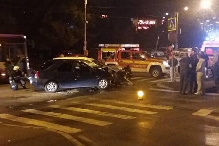 Accident lângă Iulius Mall Cluj, în intersecția fără sens giratoriu! Un taximetrist a făcut PRAF tot - FOTO