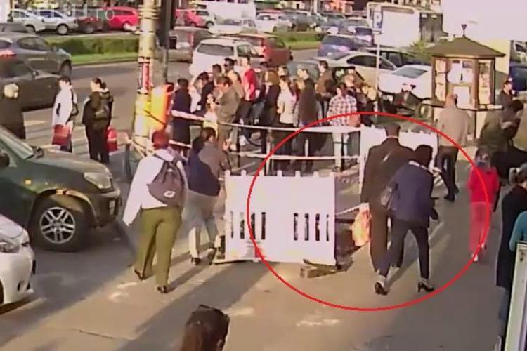 Un nevăzător din Cluj-Napoca a căzut într-o groapa de 2 metri, sapată de E.ON Gaz - VIDEO CAMERE DE SUPRAVEGHERE