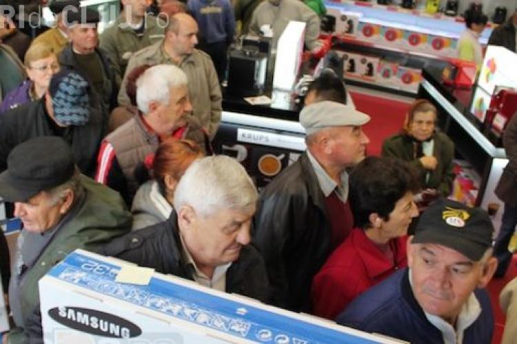 Turdenii s-au bătut pe plasme la deschiderea unui magazin. Orașul este desemnat zonă defavorizată - VIDEO