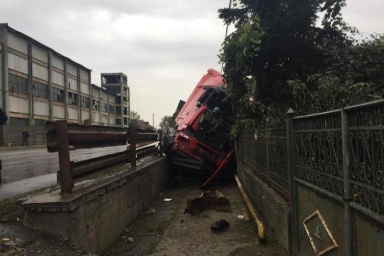 """Accident pe o stradă din Dej. Un TIR a """"zburat"""" direct într-un gard  FOTO"""