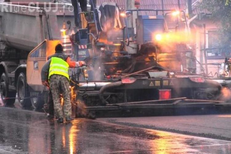 Cum se asfaltează pe ploaie torențială la Dej. Afară turna cu găleata, dar muncitorii lucrau cu spor VIDEO